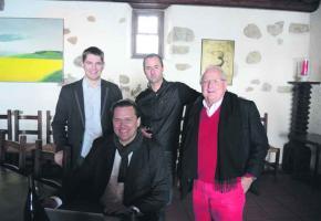 De gauche à droite, Nicolas Joss, directeur de l'OVV, assis Andreas Larsson, Cyril Séverin du Domaine du Daley et Pierre Keller, président de l'OVV.