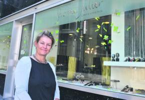 Grande gagnante de la plus belle vitrine lausannoise 2103, l'Orfèvrerie Yvonne Julier, rue Neuve, avec sa directrice Yvonne Julier.