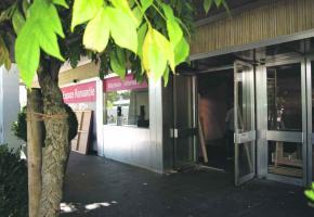 L'entrée de l'ancien cinéma, en plein préparatifs pour le festival BD-FIL.