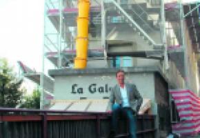 Roland Morisod devant l'immeuble incriminé. KOTTELAT