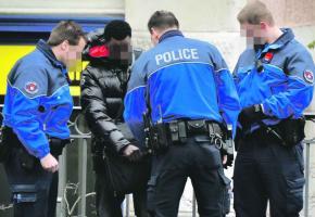 Malgré une présence policière renforcée, les dealers occupent toujours la Riponne.