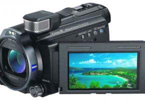 Camescope et...projecteur, tout pour séduire les amateurs qui veulent tout à la fois filmer et visionner directement sur un mur où un écran!