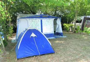 Des travailleurs en provenance d'Europe squattent les campings.