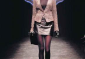 Chez C&A, on mise sur une jupe en cuir portée avec un blazer pour un look urbain. DR