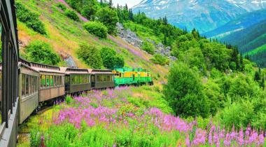 A bord de wagons d'époque restaurés, revivez l'épopée des colons entre Skagway (Alaska) et Whitehorse (Yukon). Le chemin de fer White Pass & Yukon Route traverse des décors grandioses. 123RF/ CARMENGABRIELA