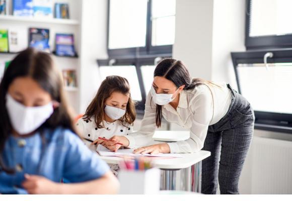 Avec au moins 20 contaminations hebdomadaires d'enseignants, faudra-t-il généraliser le port du masque aux plus petits? 123 RF