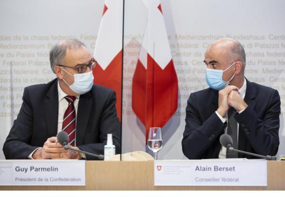 «Est-ce que vraiment (Alain Berset) a l'air d'un dictateur? Moi, je n'ai pas l'impression», a lancé Guy Parmelin en désignant son collègue. KEYSTONE