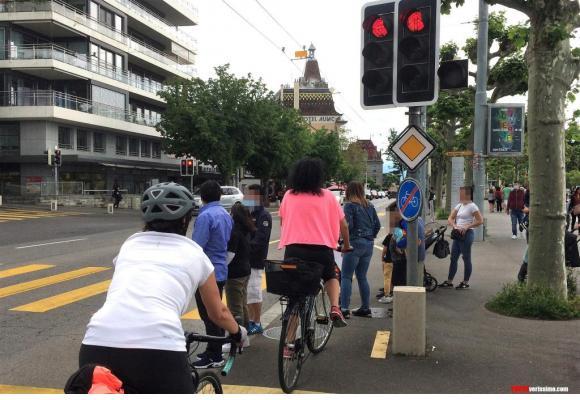 Les cyclistes n'hésitent pas à se faufiler entre les piétons qui attendent que leur feu passe au vert. VERISSIMO
