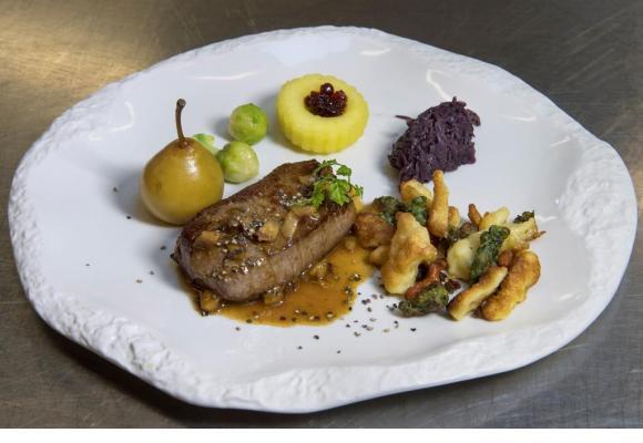 Entrecôte de Cerf aux Pruneaux,  poires à Botzi et pommes aux airelles