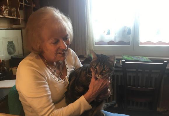 Ruth Morf Steudler avec un de ses chats auxquels elle vous un amour sans bornes. ca