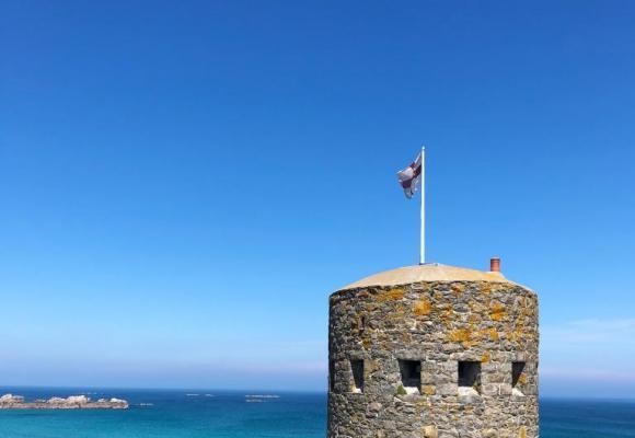 Fort Gris dans une mer calme sur une belle matinée d'automne. 123RF