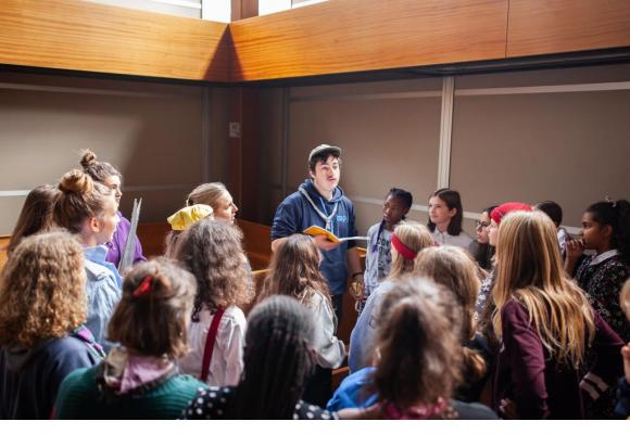 Maurice effectue un feedback à chaque groupe d'acteurs après sa répétition sur scène. MISSON