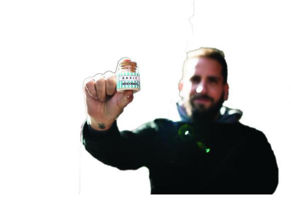 Sébastien Saugy présente le déodorant que sa femme ont lui ont fabriqué. MISSON