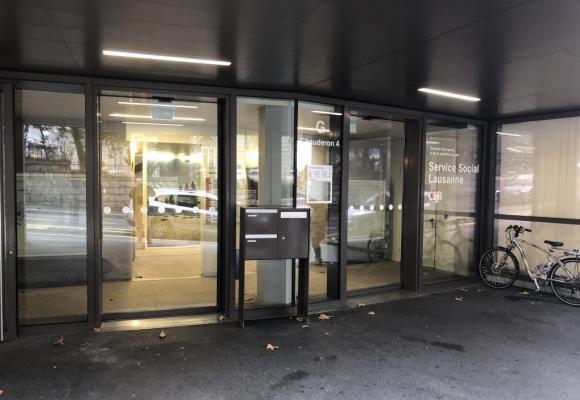 Le service social de Lausanne au 4 de la place Chauderon. En médaillon, le municipal Oscar Tosato, en charge de la cohésion sociale. CA