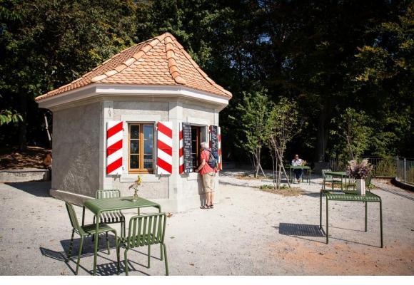 Les visiteurs profitent déjà de la terrasse ensoleillée de l'édicule. DR