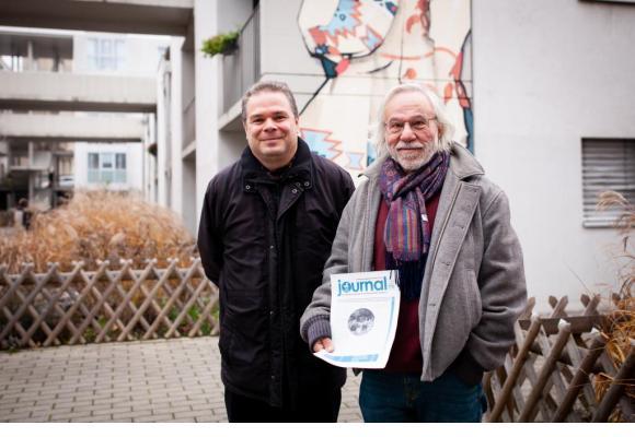 Christian Mühlheim et Gérald Progin, membre du comité rédactionnel, avec la première édition du Journal de Prélaz. MISSON