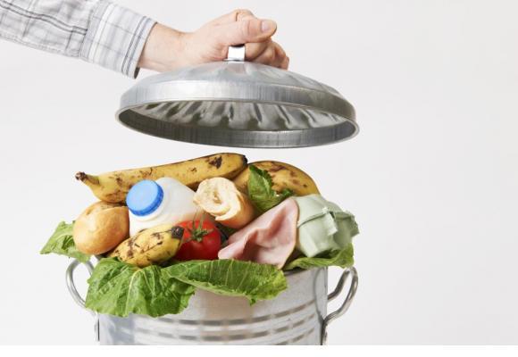 Des aliments dont la date de vente est dépassée mais qui sont de qualité irréprochable. Ci-dessous, Denis Corboz, le fondateur des Soirées 2ème service et Franck Giovannini le Chef de l'Hôtel de Ville de Crissier. DR