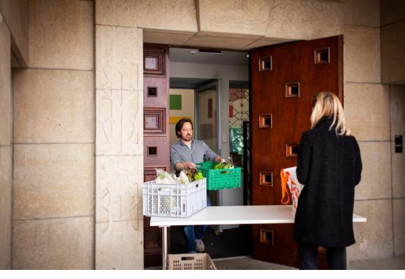 Lors de la préparation des caisses de nourriture, Lorianne Gerber (à g.), étudiante en soins infirmiers à l'HESAV, apporte son aide aux employés de la Maison de Quartier de Chailly: Mohammed Gadri (au fond), Nadège Marwood, stagiaire, et Emilie Moeschler (à d.), responsable. MISSON