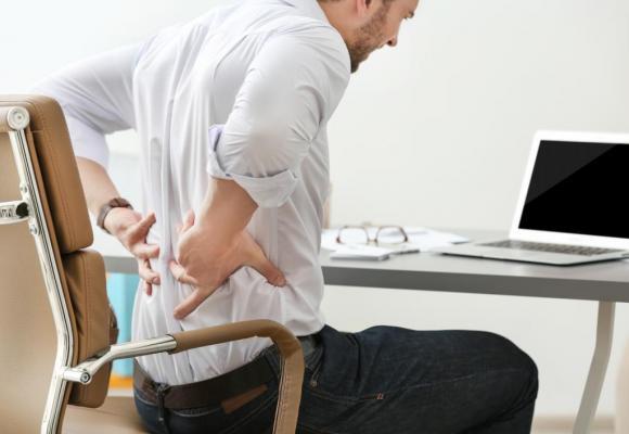La douleur dorsale est un des principaux signes de hernie discale lombaire. SHUTTERSTOCK