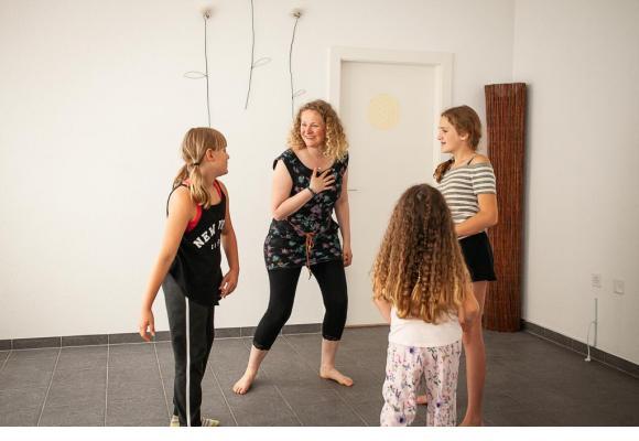Chantal Marti utilise les mouvements pour aider les enfants à sortir de leur coquille. MISSON