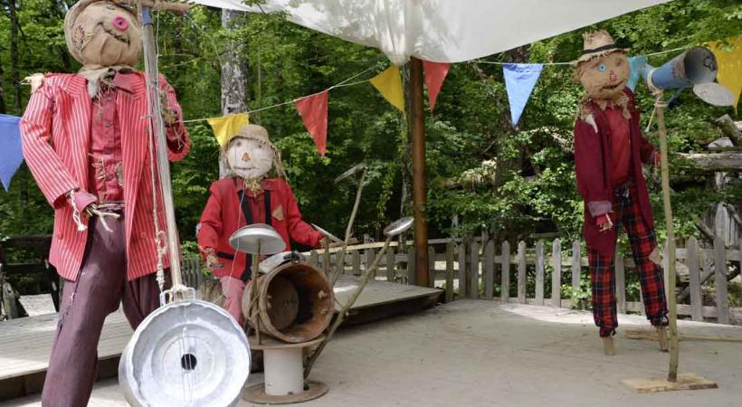 Le village musical est la grande nouveauté de la Forêt des Epouvantails. L'orchestre s'en donne à coeur joie.