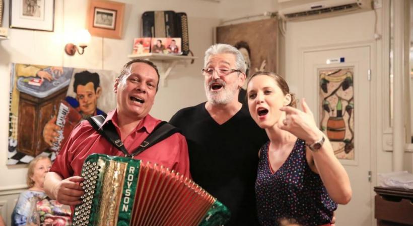 Au «Vieux Belleville», Joseph et Minelle chantent Piaf. Ici avec Jo, le patron du café. dr