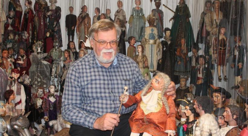 Pierre Droin, le directeur du Théâtre  des marionnettes de Salzbourg,  dans sa caverne d'Ali Baba. DW