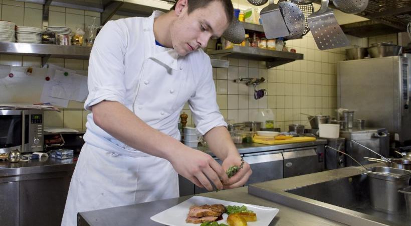 Alain Monnier, 18 ans, est en 3e année d'apprentissage au Café Restaurant de l'Union «Chez Marco» à Savigny.
