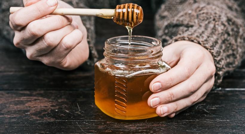 Le miel équitable provient d'une apiculture à petite échelle et permet aux producteurs d'investir dans différents projets  de développement. GETTY IMAGES/INVIZBK