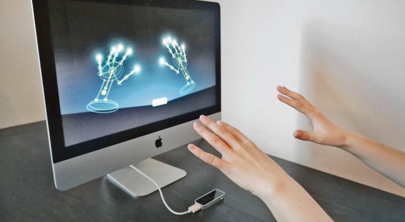 Des mains et des doigts pour commander l'ordinateur
