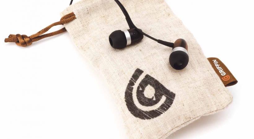 Enceintes, écouteurs, étuis pour smartphones, clé USB, clavier, souris, tapis de souris… autant d'objets high-tech austères déclinés en bambou, en érable, en noyer, ou en pin.