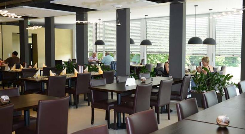 """La salle du restaurant """"le Casque d'Or"""" à Gollion. SSCM"""