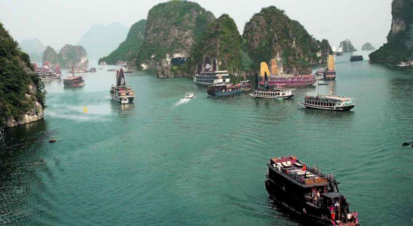 Considérée comme la huitième merveille du monde, la baie d'Halong attire des millions de visiteurs chaque année.