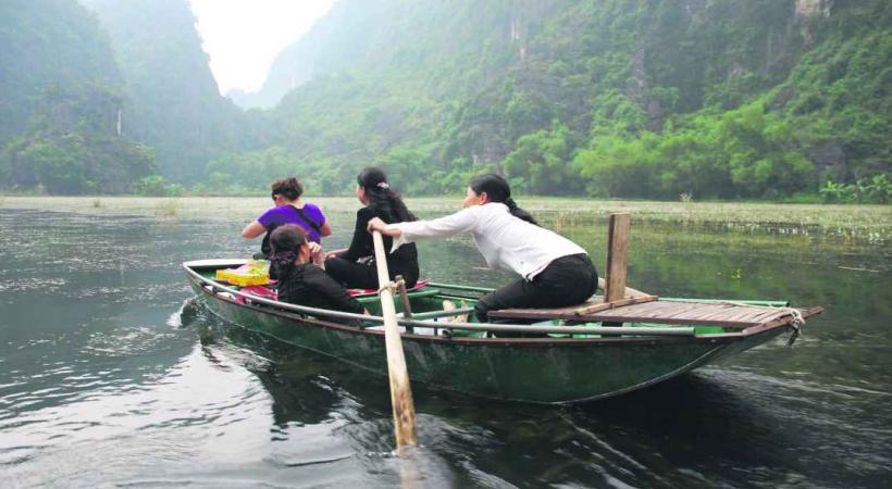 Le sampan est une embarcation toujours utilisée pour se déplacer sur le fleuve.