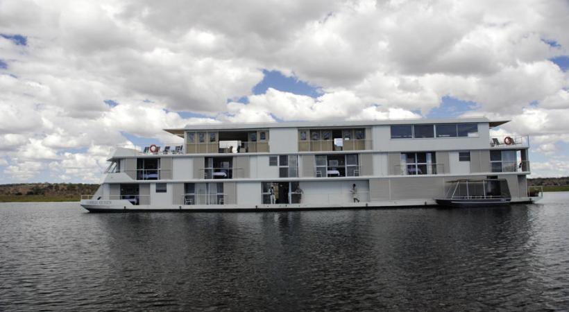 Des bateaux de luxe sillonnent la rivière Chobé.