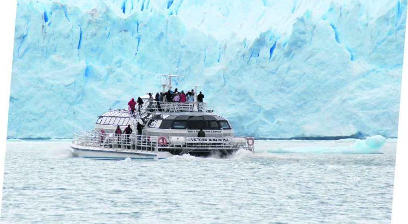 Le glacier Perito Moreno mesure 14 kilomètres de longueur et près de 80 mètres de hauteur émergée à son arrivée dans le lago Argentino.