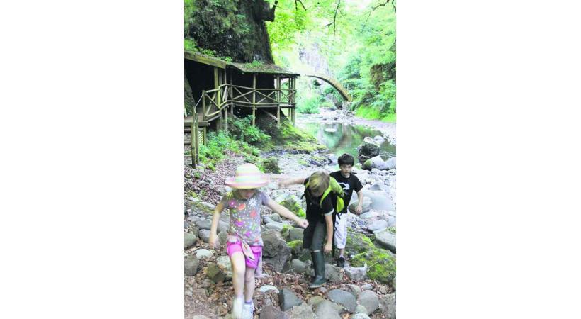 Sentier de découverte des gorges de la Jordanne dans le Cantal.