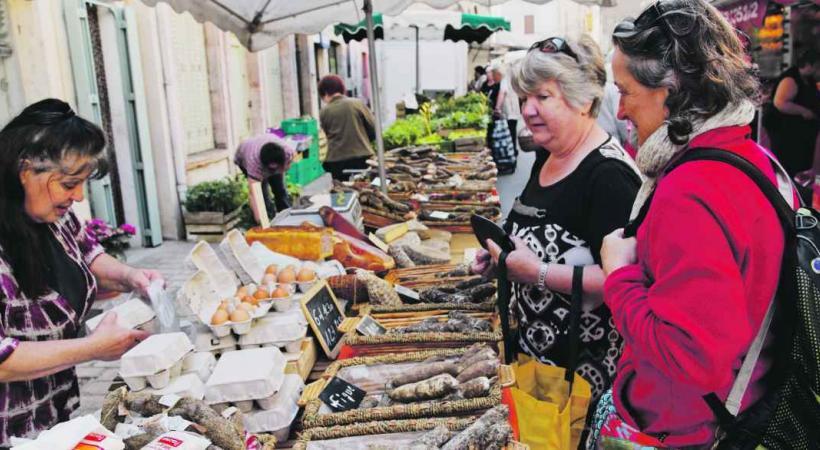 Une halte sur les marchés locaux pour goûter aux produits du terroir.