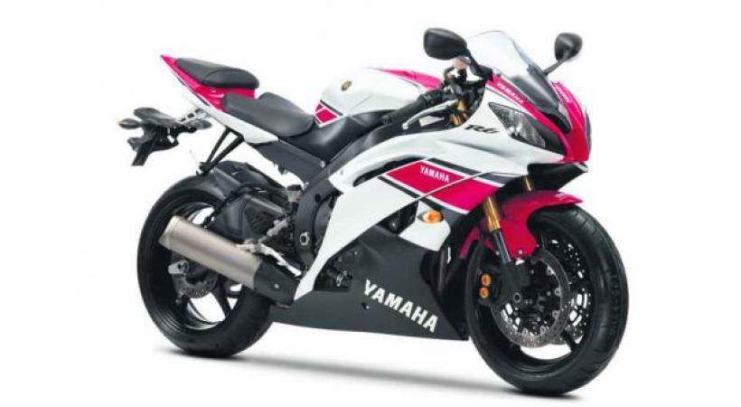 YAMAHA YZF-R6 50TH ANNIVERSARY • Bon anniversaire Yamaha! 50 ans servent de prétexte à sortir une série de motos commémoratives, dont cette 600 brillante.