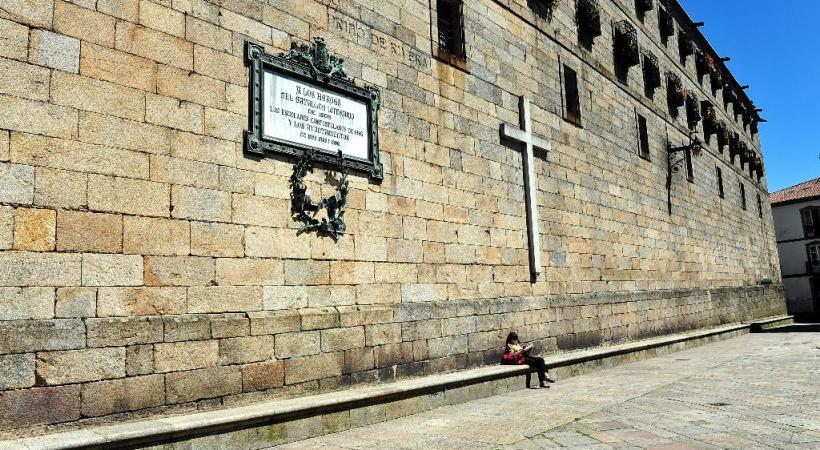 Sur les routes des Picos de Europa. Une place de Compostelle. St-Jacques, la place des pèlerins devant la cathédrale.