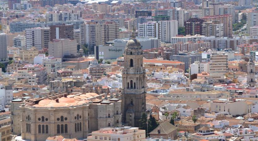 La cathédrale Santa Maria de Palma de Majorque (la Seu) vue depuis le Parc de la Mar. Passeig del Born, promenade ombragée de Palma. Le château du Gibralfaro, Málaga. Plage au centre de Málaga..