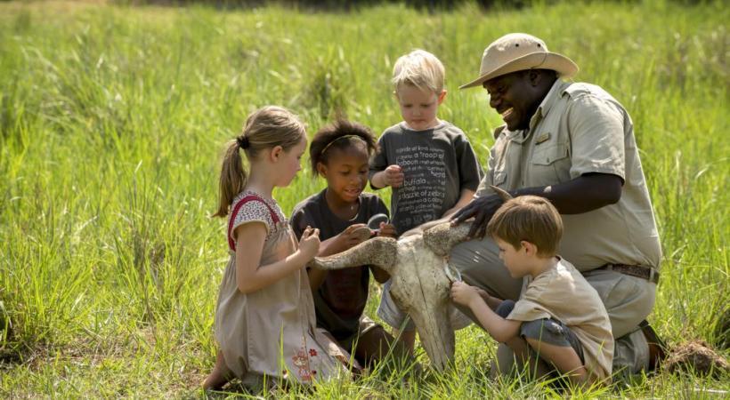 Les enfants sont très attentifs aux explications des guides spécialement formés pour les safaris en famille.