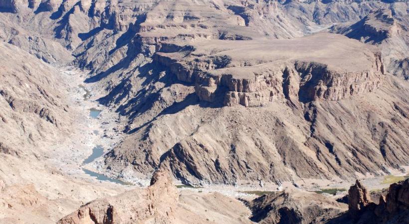 En Namibie, la piste conduit au Parc National Namib Naukluft.