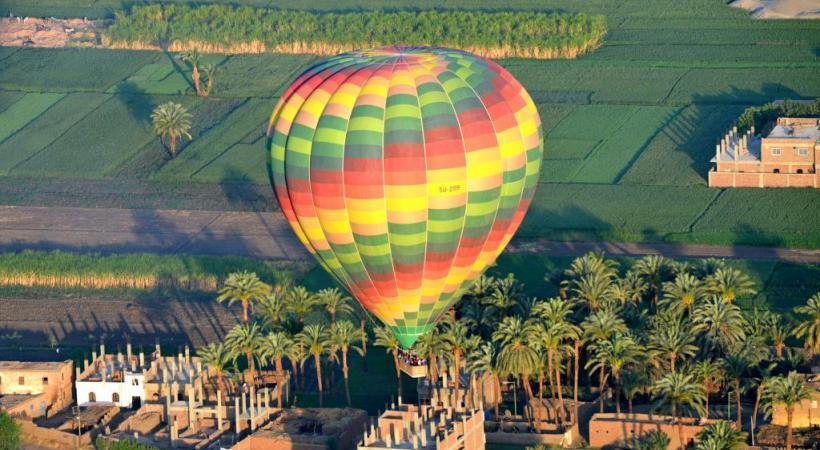 Gizeh, un site mythique, actuellement boudé par les foules. PHOTOS CARLOS BRITO/DR Survoler Louxor en montgolfière est une expérience inoubliable.  Le plaisir d'une croisière sur le Nil.