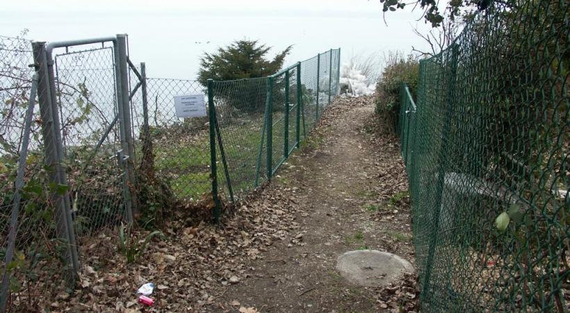 Cette barrière illicite à Tannay (partie verte du treillis à gauche) a du être démolie suite à un jugement du Tribunal cantonal du 30 juin 2014. DR