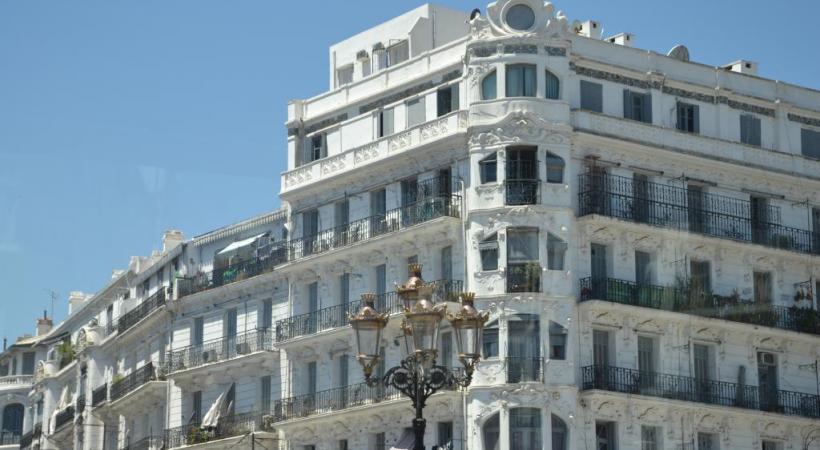 Petit à petit, le centre d'Alger-la-Blanche fait peau neuve. Basilique Notre-Dame d'Afrique. Jardin d'Essai du Hamma. Le chanteur suisse Bastian Baker à Tipasa.