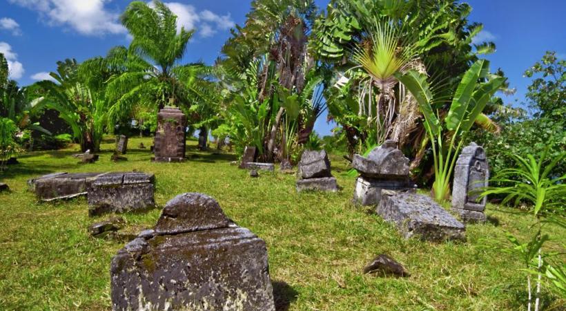 Mondialement connu, le fameux cimetière des Pirates domine la partie sud de la baie d'Ambodifotatra.