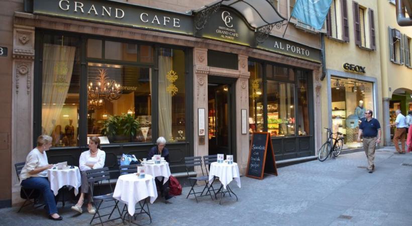 Lugano, un charme tout méditerranéen, mais aussi un centre d'affaires de premier plan. DR Le célèbre Grand Café. CYR Le public se presse à Milan pour découvrir les pavillons des 140 pays représentés. CYR Le Lugano Arte e Cultura, inauguré le 12 septembre dernier. CYR