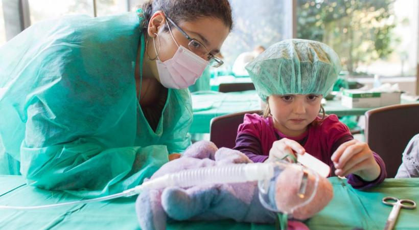 Des enfants à la rencontre d'une spécialité passionnante, la pédiatrie. DR