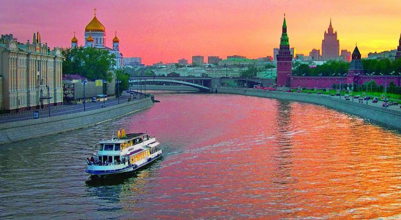 Le Palais Catherine, fleuron de l'architecture baroque russe, à Tsarskoïe Selo, près de Saint-Pétersbourg. Moscou entre le ciel et la Volga. Musée de l'Ermitage à Saint-Pétersbourg.